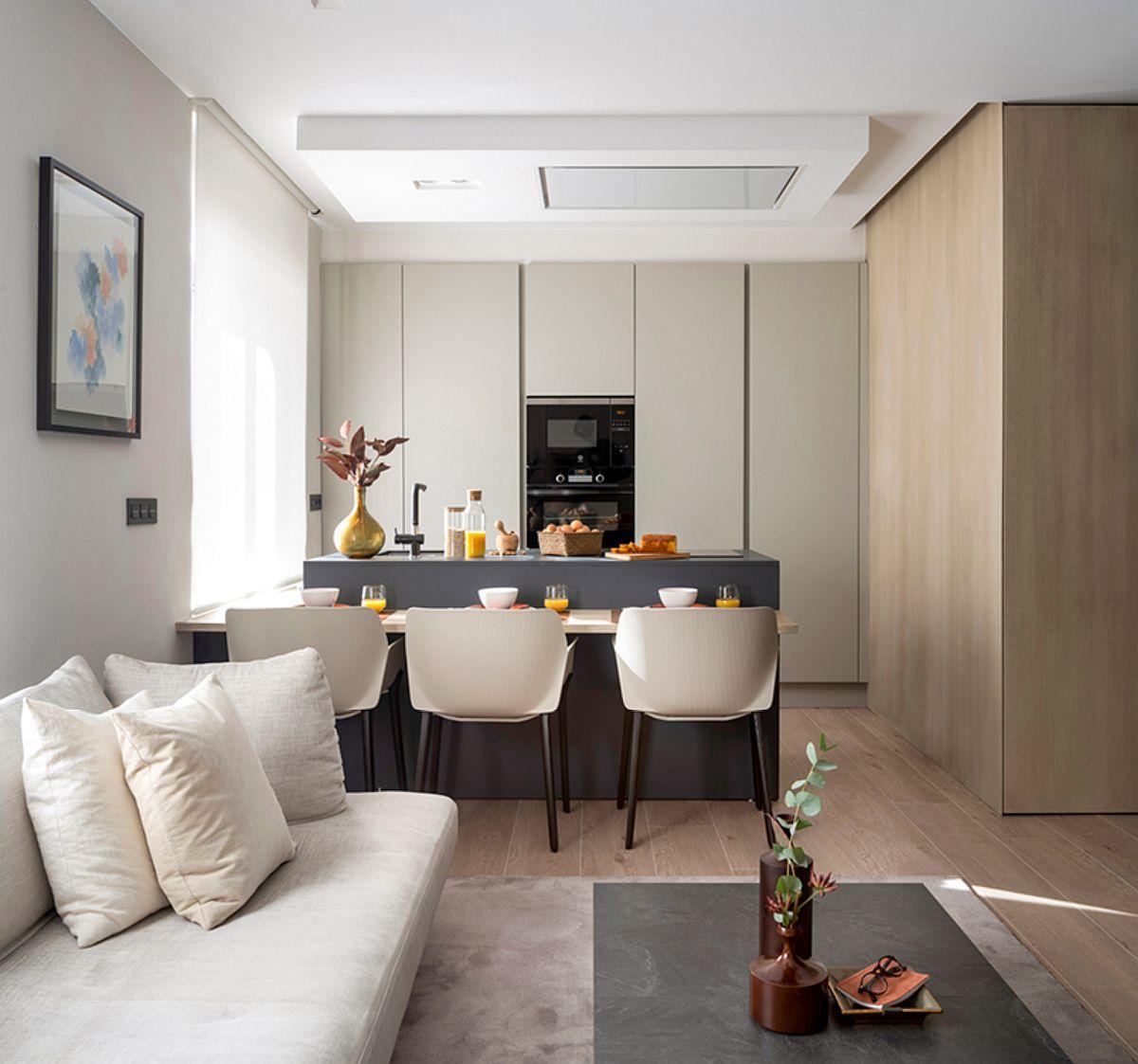 Există cazuri de bucătării deschise către living, unde prin separarea ansamblului de bucătărie în parte inferioară și corpuri suspendate ar da o imagine fragmentată și dezordonată.