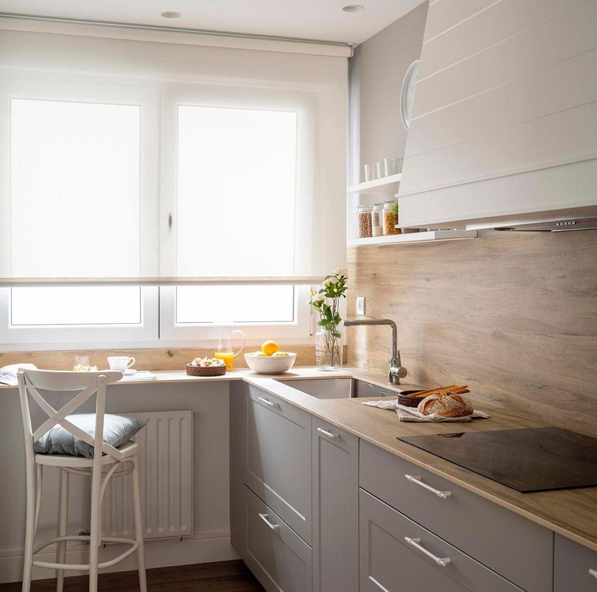 În organizarea bucătăriei este foarte important ca între chiuvetă și plită să existe un spațiu liber de minimum 60 cm, dar niciodată nu se poziționează plita către fereastră pentru că ar fi imposibilă montarea hotei, dar și pentru că stropii de mîncare ar ajunge și pe suprafața ferestrei, ceea ce ar fi foarte dificil de înteținut și curățat.