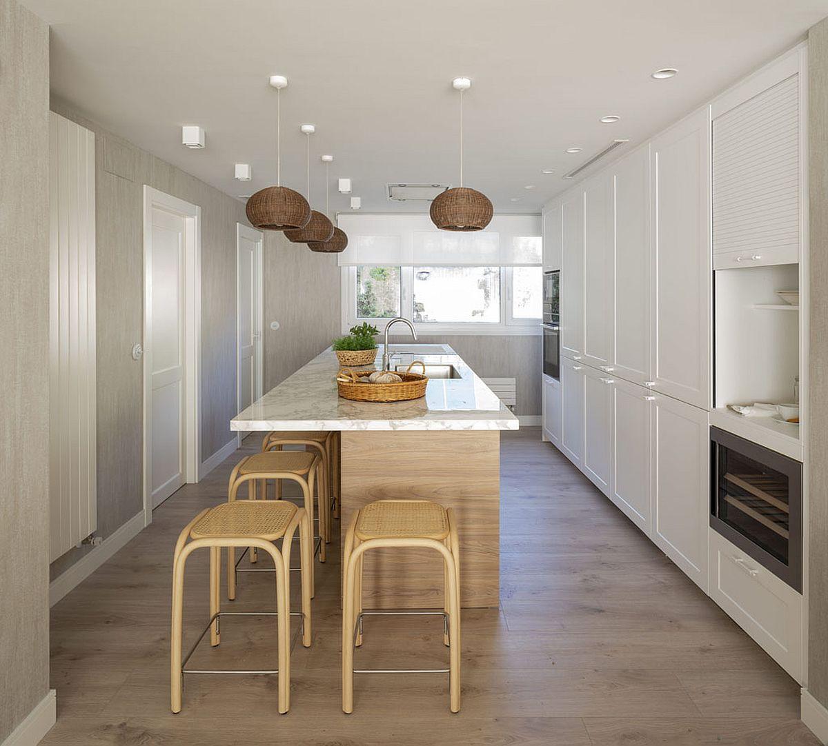 E foarte posibil ca spațiul bucătăriei să fie unul de trecere, din care se deschid uși interioare către alte încăperi.