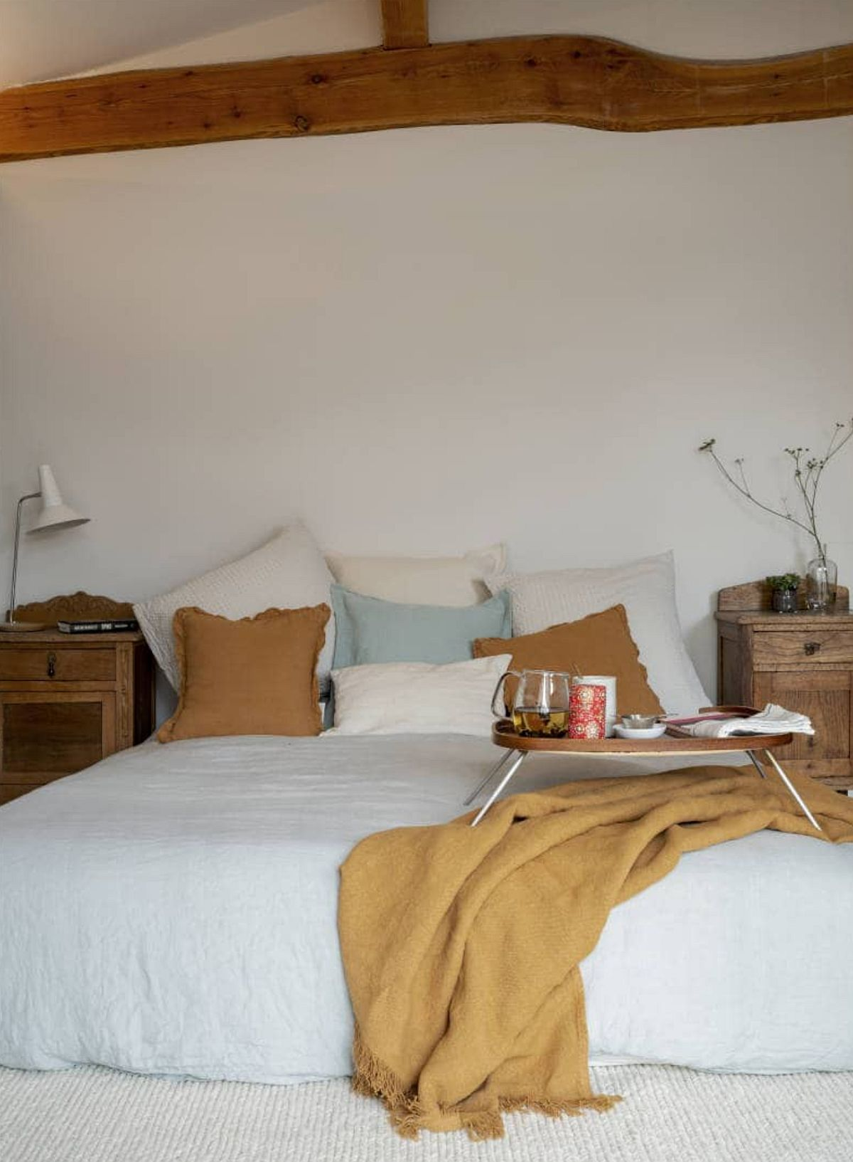 Multe suprafețe deschise prin lenjeria de pat și covor, alături de zugrăveală. Desenul rustic al bârnei, materialele naturale, culorile plăcute creionează atmosfera tihnită din dormitor.