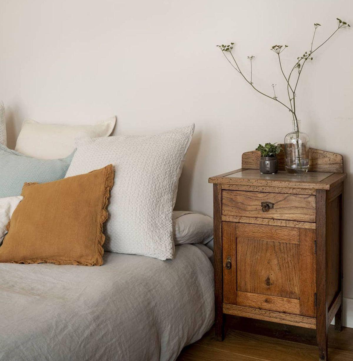 Noptierele rustice completează reușit decorul, dar mai mult este sunt alese în funcție de înălțimea joasă a patului, un pat fără tăblie, dar cu o saltea confortabilă, care de fapt contează cel mai mult pentru un somn odihnitor.