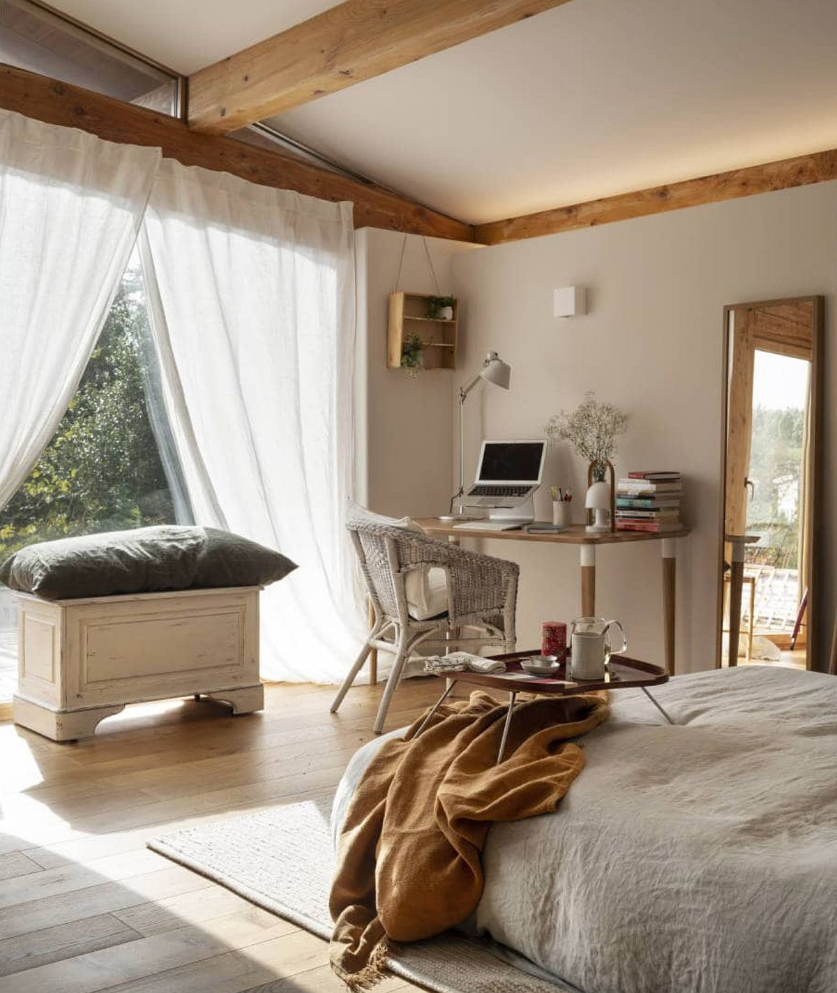 Dormitoarele situate la etaj beneficiază de ambianță plăcută creionată de prezența ferestrelor, lumina naturală punând în evidență spațiul tipic de mansardă cu plantele sale înclinate.