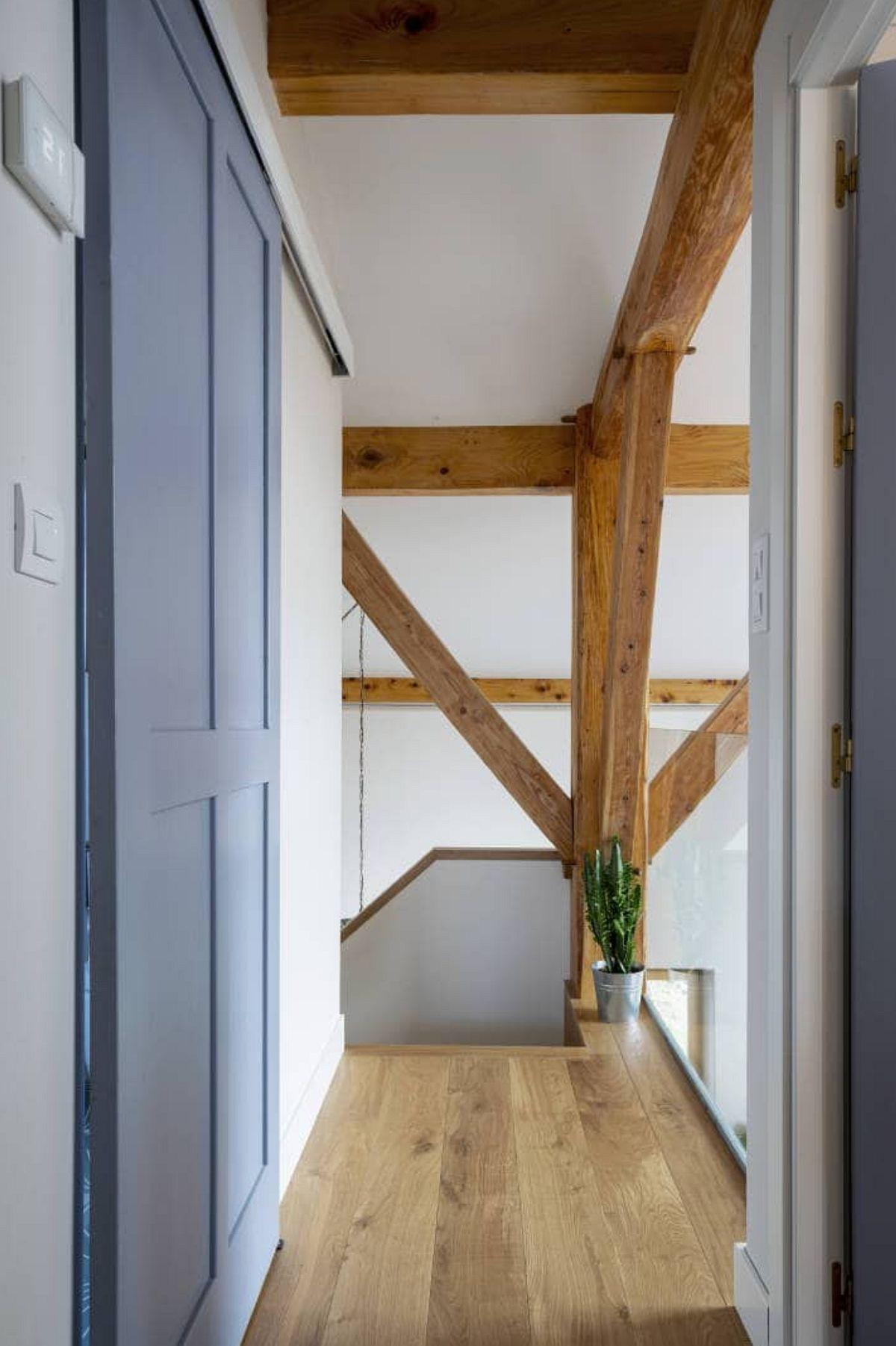 Casa scării beneficiază și ea de lumină naturală, iar aici desenul structurii acoperișului este lăsat la vedere.