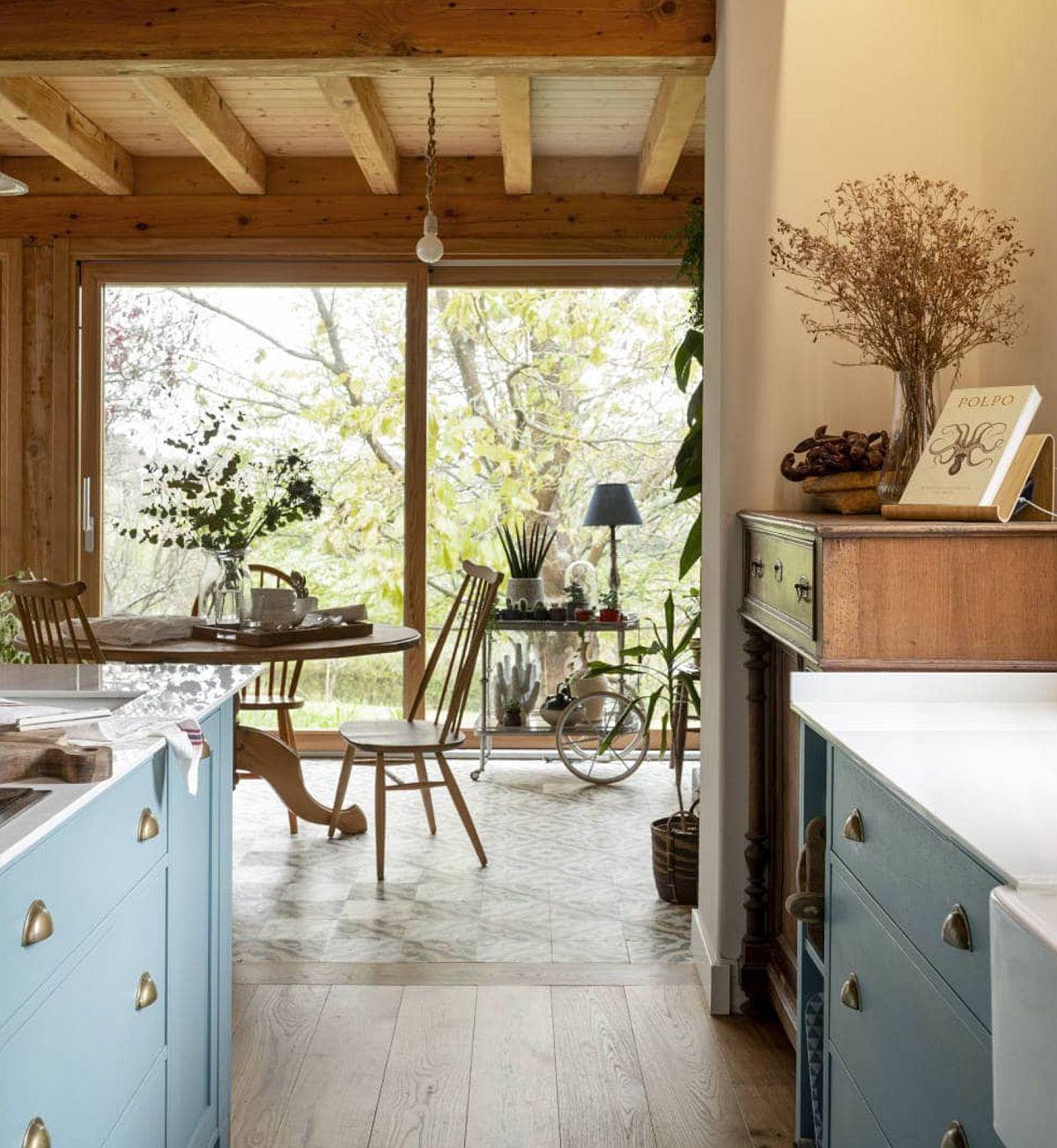 Locul de luat masa este în relație directă cu bucătăria și totuși pardoseala se oprește în locul sufrageriei. Încolzirea prin pardoseală este mai eficientă în dreptul ferestrelor, ca atare acolo era mai important ca ea să radieze din plin, mai ales ân sezonul rece.