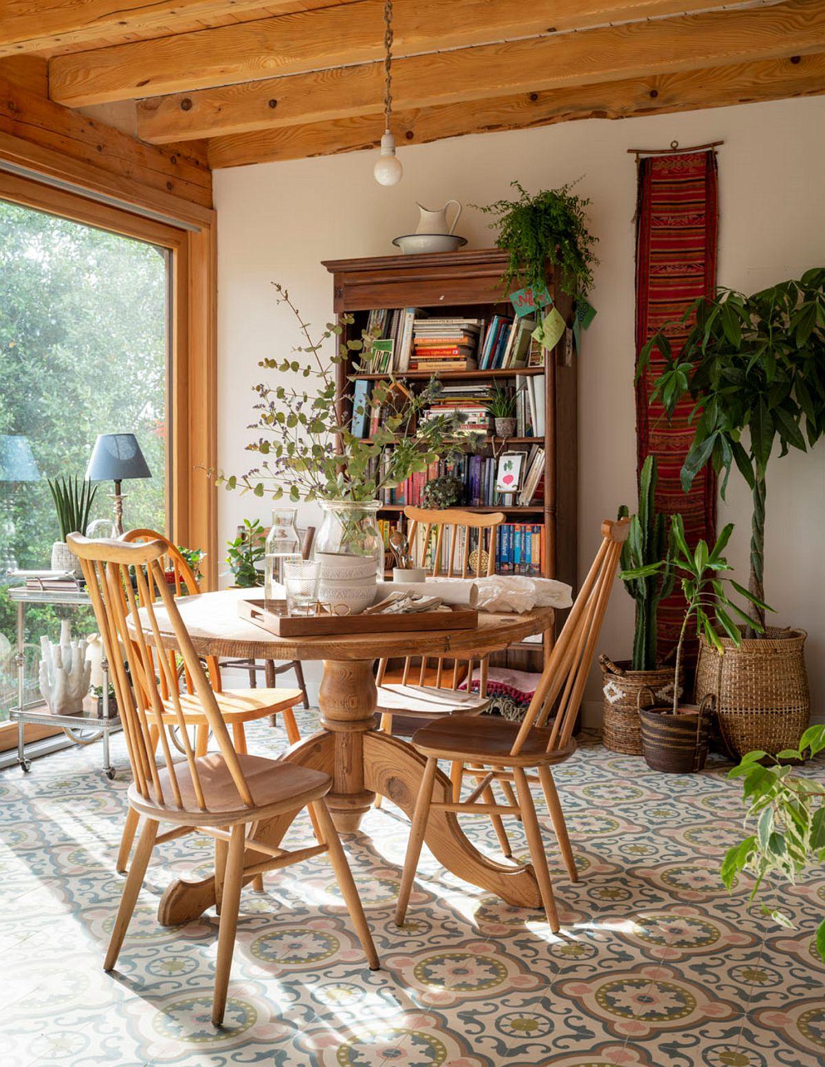 În zona ferestrelor este amplasat locul de luat masa.