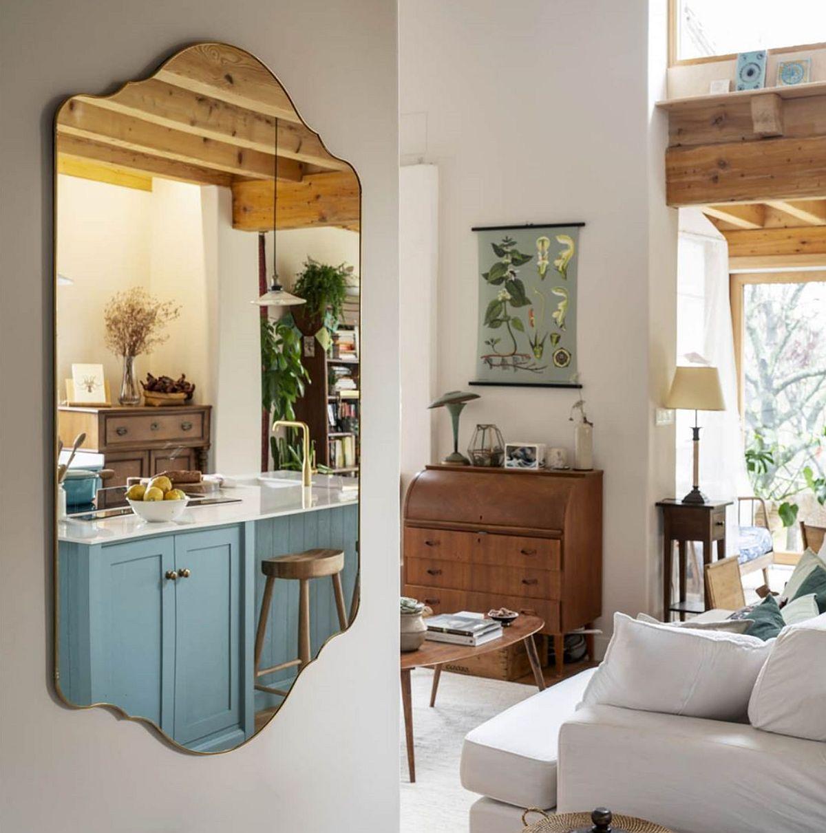 Canapeaua situată între zona de acces a parterului și bucătărie, lasă decorul de la primul nivel al casei la vedere, dar mai ales lasă lumina naturală să circule și să inunde interiorul.