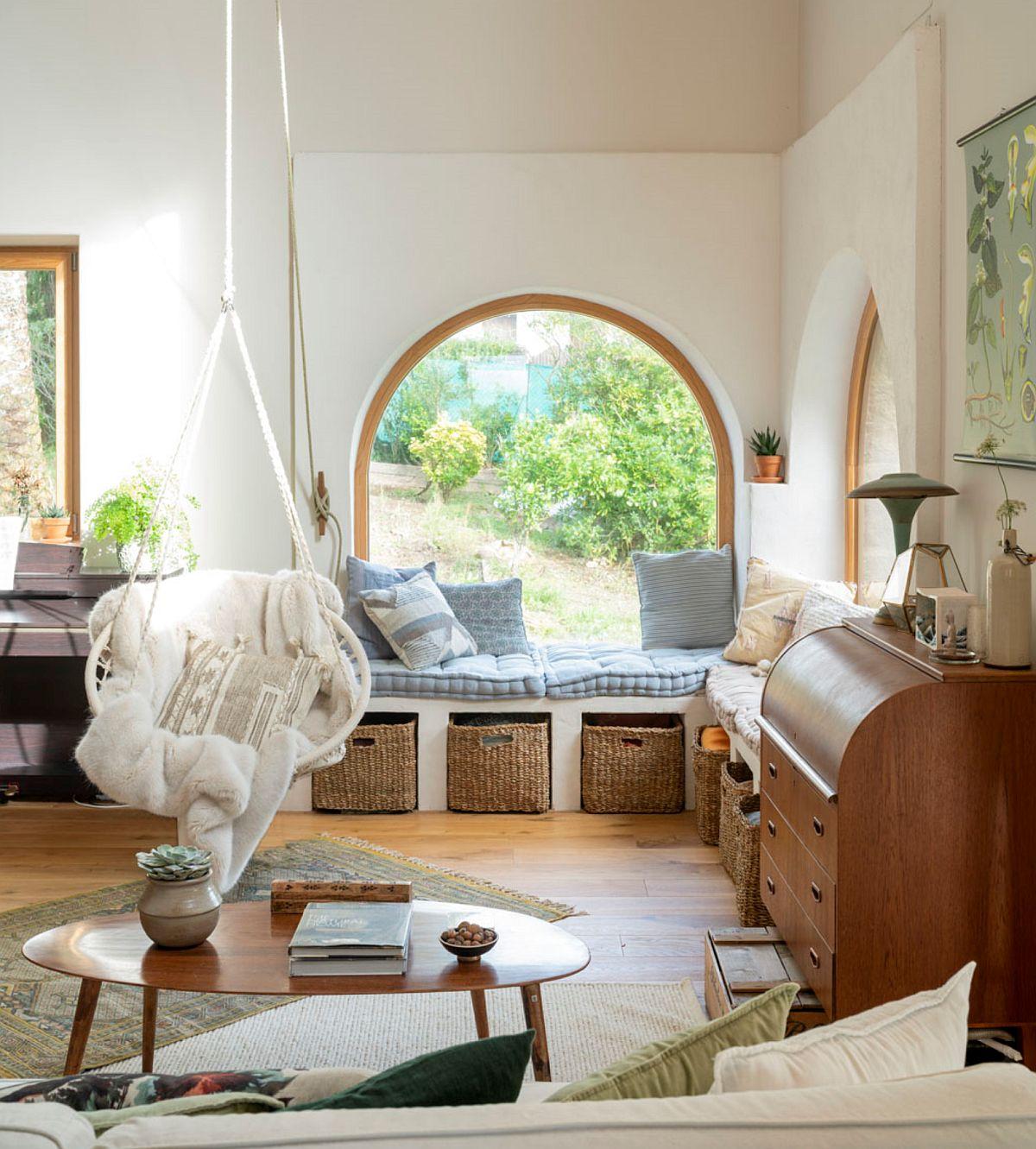Pe aceeași parte a zidului care înglobează ușa de la intrare în casă, sunt înșiruite două ferestre cu desene diferite. Designerul a găsit soluția de a le armoniza prin construirea în jurul ferestrelor în arcadă a unui încadrament pe drept. De asemenea, de o parte și de alta a colțului cu ferestre sunt așezate piese care au aproximativ aceeași înălțime (pianină și birou cu capac), realizându-seastfel un ansamblu ordonat în partea inferioară a camerei.