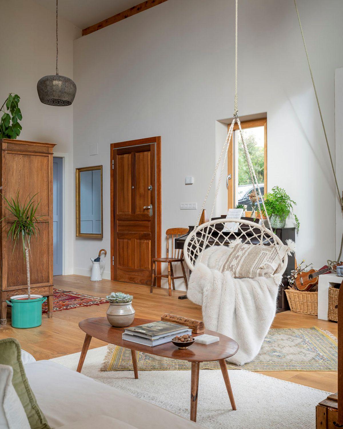 Din holul de la intrare parterul se deschide cu totul. În prima parte sunt grupate locurile de ședere din living cu o mulțime de ferestre. De asemenea, în prima parte a parterului, înălțimea spațiului este mai mare, ceea ce dă impresia de mai mult aer, de loc în care te poți mișca și respira în voie.