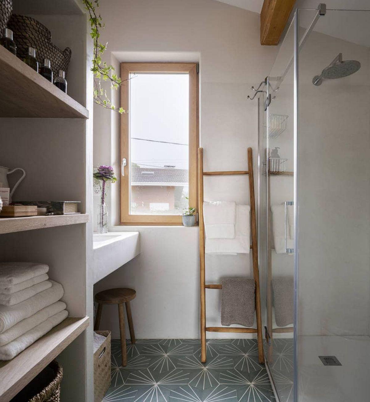 Baia de la etaj este amenajată în relație cu ambientul rustic al casei.