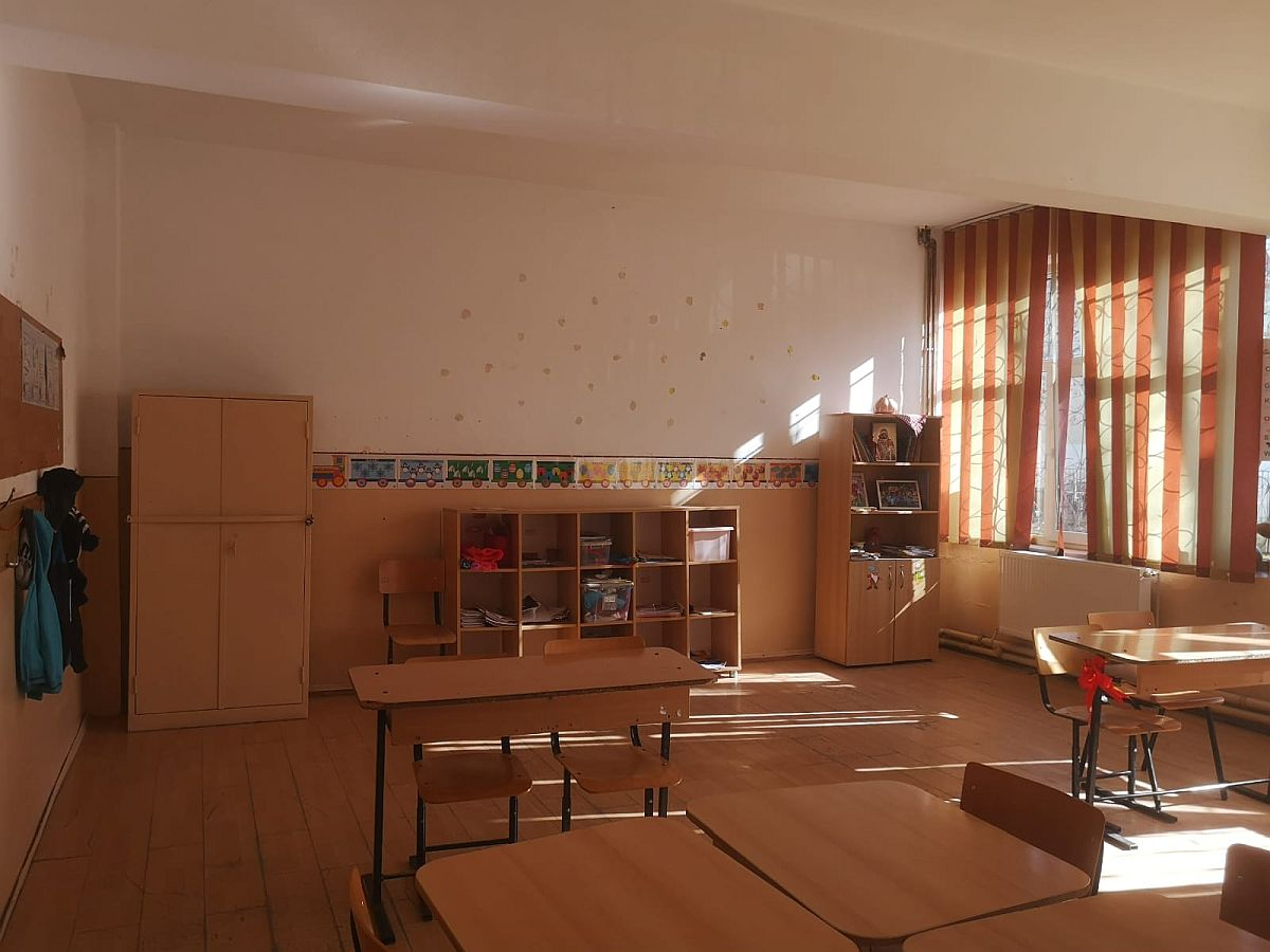 Sala de clasă așa cum arăta inițial, înainte de renovarea susținută de Procter & Gamble România.
