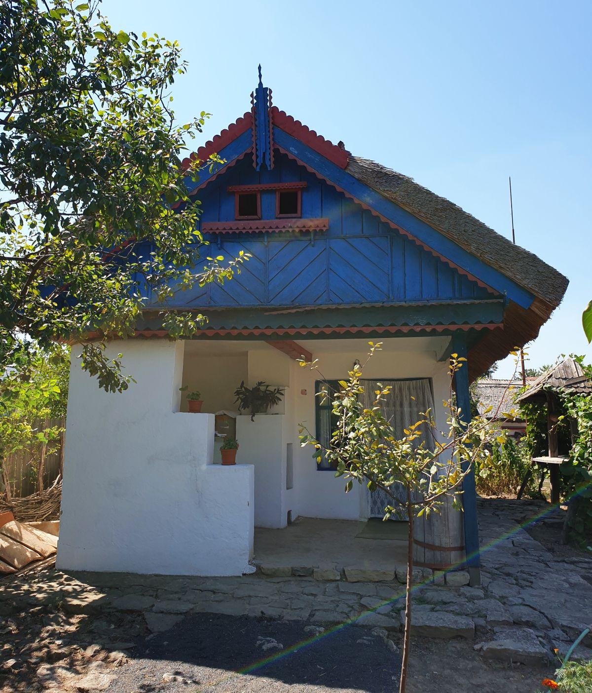 Bucătăria de vară este găzduită în fața unei camere, acum destinată muzeografului care poate prezenta casa vizitatorilor.