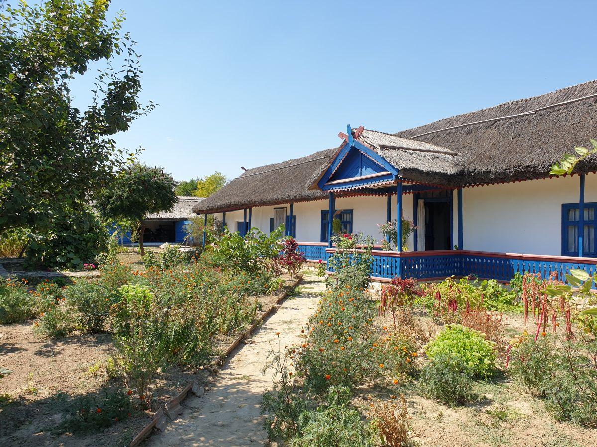 Casa, deși pare generoasă, are doar două camere. Spațiul de locuit este marcat de prispă sau tinda specifică zonei Lacului Razim din Dobrogea. Restul spațiilor sunt destinate altor activități sau pentru depozitare.