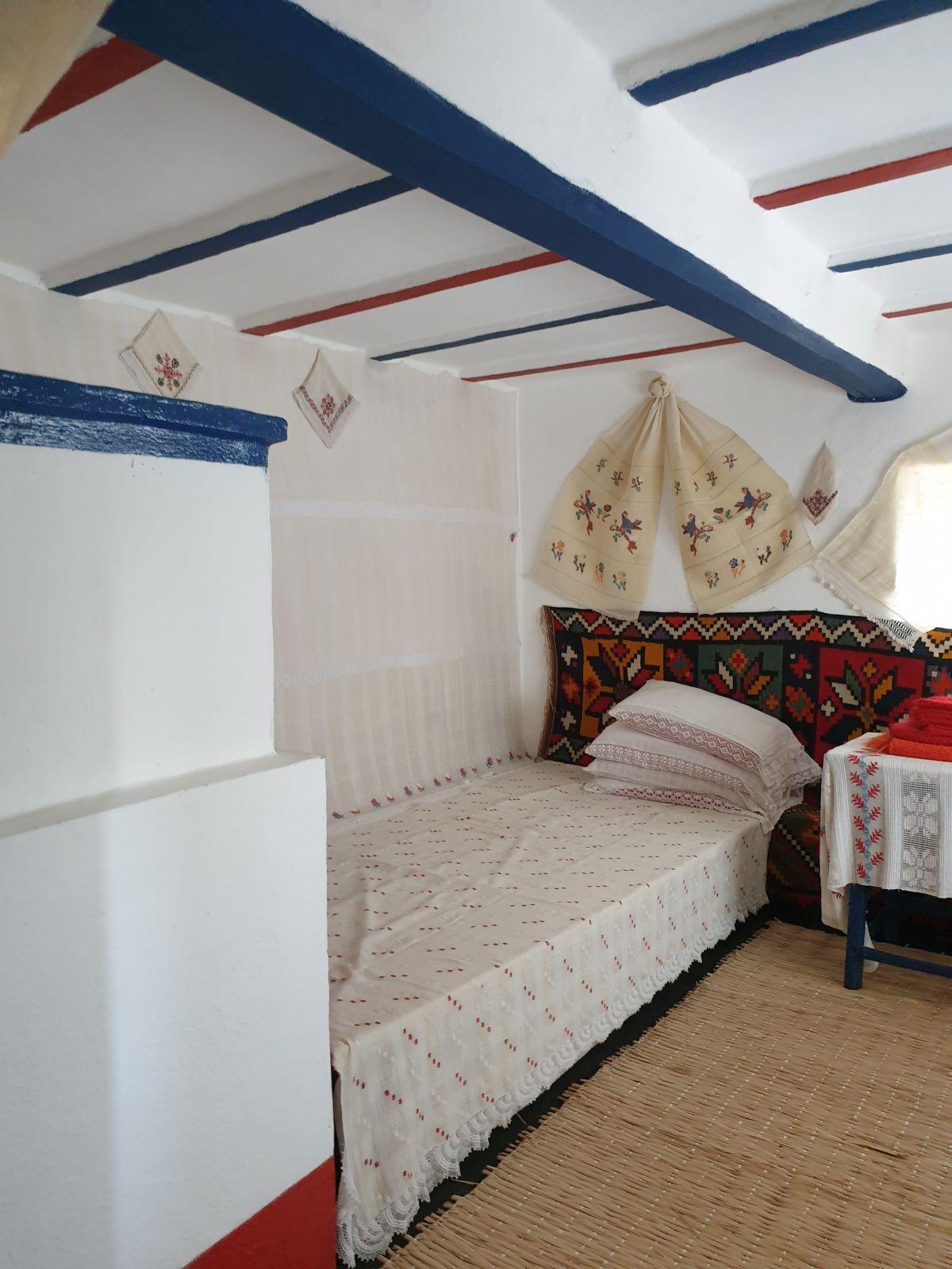 Locul de pat gândit în continuarea sobei este un lucru funcțional (cald pe perioada iernii), dar și estetic pentru că volumele sunt gândite în relație unul cu altul (patul în continuarea sobei, păstrându-se lățimea)