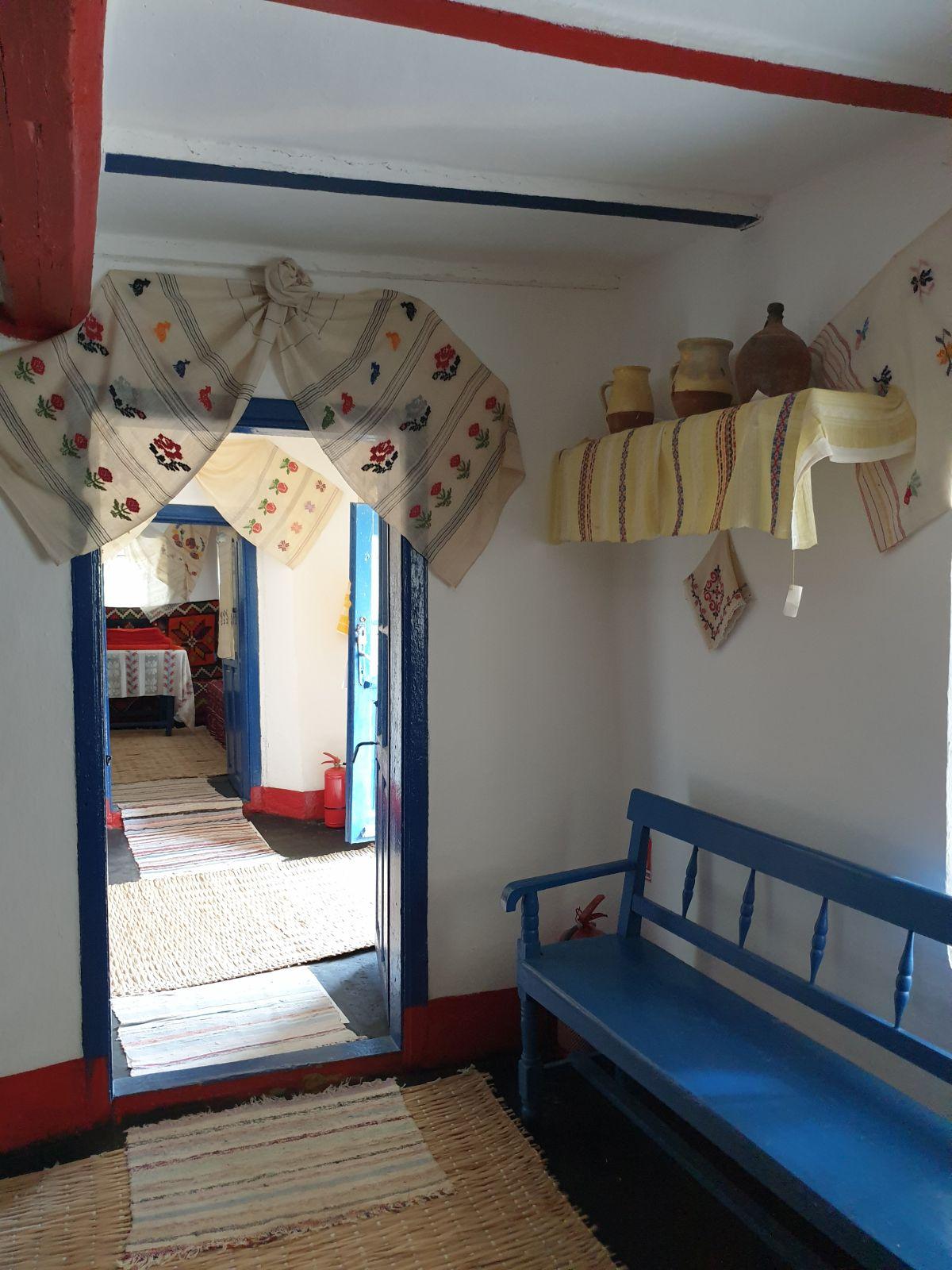 A doua cameră mobilată cu strictul necesar, dar fiecare obiect pare să spună o poveste.