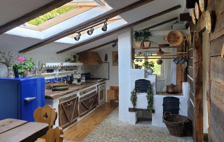 Mobila de bucătărie este una fixă, zidită cu uși din lemn masiv lucrate în stil rustic de către echipa lui Dănuț Hotea despre care am scris aici pe blog.