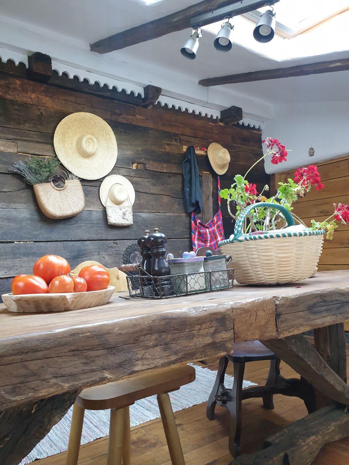 adelaparvu.com despre magazie de lemne transformata in bucatarie, casa de lemn Romania, Foto Adela Parvu (5)