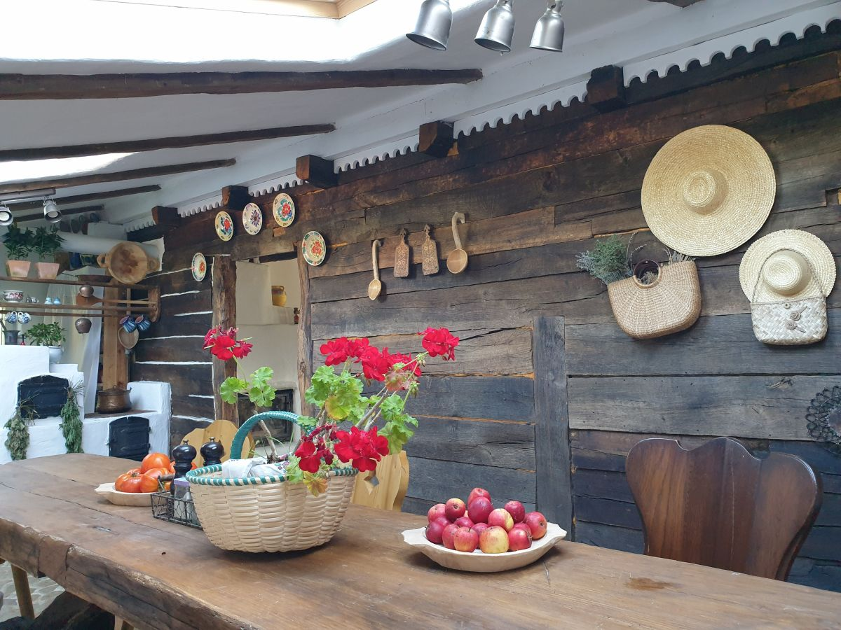 adelaparvu.com despre magazie de lemne transformata in bucatarie, casa de lemn Romania, Foto Adela Parvu (7)