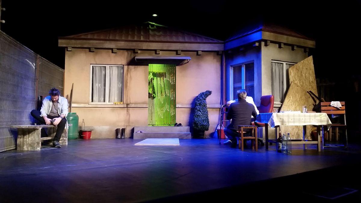 """Decorul spectacolului """"Ultimii"""", scenariu și regia Mimi Brănescu, de la Teatrul Metropolist din București."""
