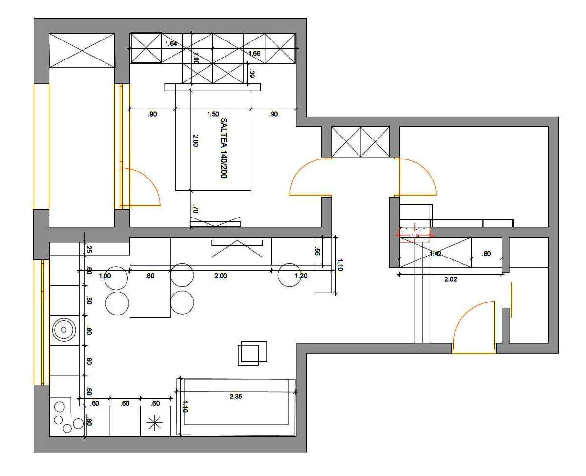 Planul locuinței de două camere cu soluția de mobilare. În livingul deschis către bucătărie au fost grupate mai multe funcțiuni, conform cerințelor proprietarilor. Astfel există bucătăria în formă de L, apoi pe un perete între înșiruite locul de luat masa, comoda tv și locul de birou. Locul de birou este situat la granița dintre living și holul de la intrare. Soluția a fost gândită și în raport cu lumina naturală, dar evident și în relație cu instalația electrică deja existentă.